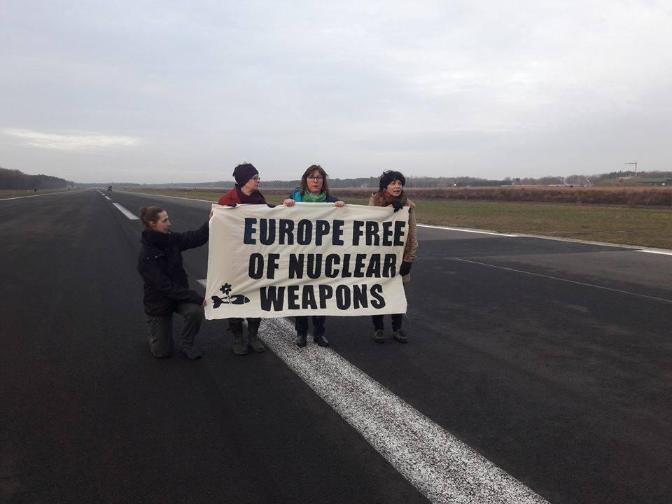 Groene Europarlementsleden gearresteerd tijdens protest aan Kleine Brogel